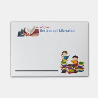 Notas de post-it del bibliotecario de escuela