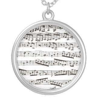 Notas musicales blancos y negros collar