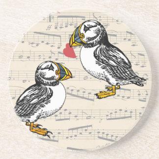 Notas musicales de los amantes del frailecillo con posavasos de arenisca