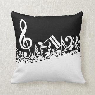 Notas musicales embarulladas blancas sobre negro cojin