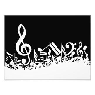 Notas musicales embarulladas blancas sobre negro fotografía