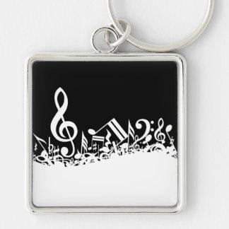 Notas musicales embarulladas blancas sobre negro llavero cuadrado plateado