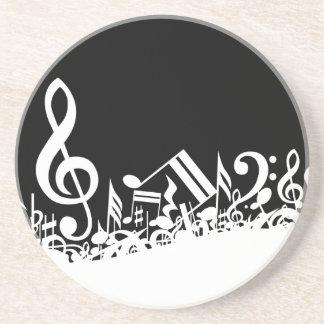 Notas musicales embarulladas blancas sobre negro posavasos personalizados