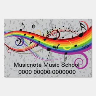 Notas musicales negras del arco iris sobre gris letrero