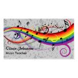 Notas musicales negras del arco iris sobre tarjeta de visita