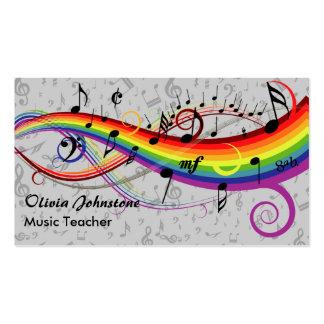 Notas musicales negras del arco iris sobre tarjetas de visita