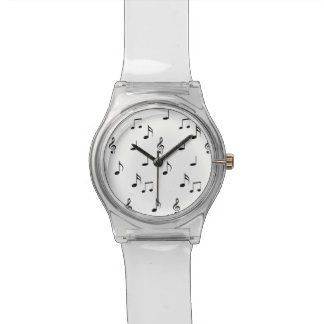 Notas musicales sobre blanco reloj de mano