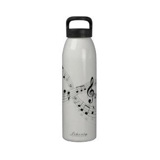 Notas musicales sobre una línea de personal botella de agua reutilizable