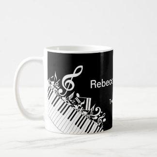 Notas musicales y llaves embarulladas taza de café