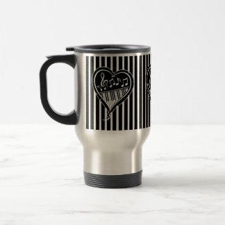 Notas musicales y piano blancos y negros elegantes taza de café