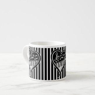 Notas musicales y piano blancos y negros elegantes tazitas espresso