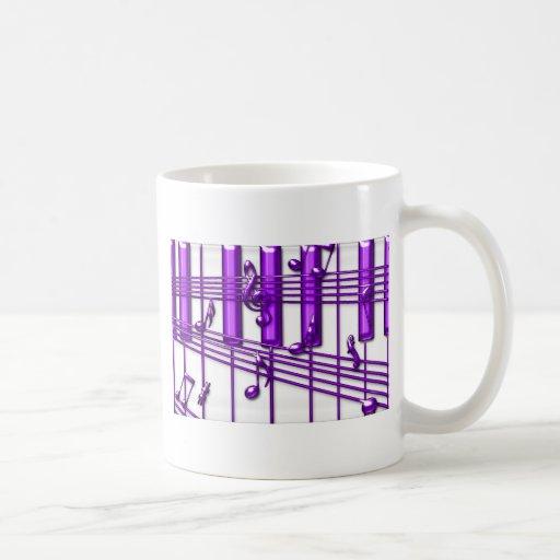 Notas púrpuras de la música del teclado de piano tazas de café