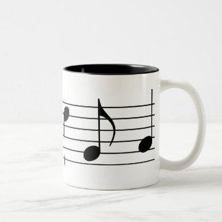 Notas y personal de la música taza de café de dos colores