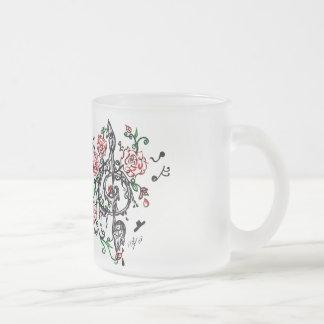 notas y taza helada rosas