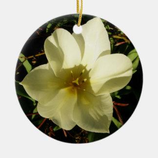 Novia blanca del tulipán adorno navideño redondo de cerámica