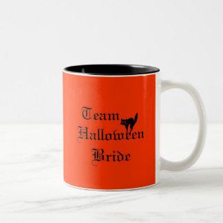 Novia de Halloween del equipo con el gato negro Tazas De Café