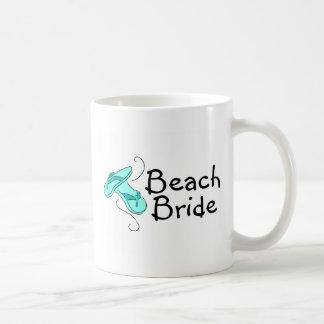 Novia de la playa (boda de playa) taza clásica