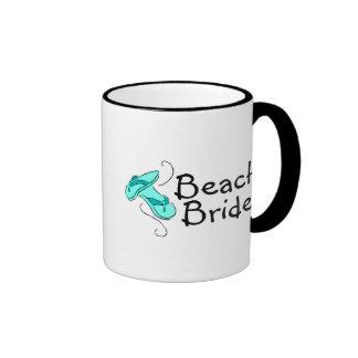 Novia de la playa (flips-flopes) taza de dos colores