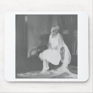 novia de los años 20 que espera en la iglesia alfombrillas de raton