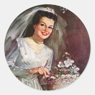 Novia del recién casado del vintage que corta su pegatina redonda