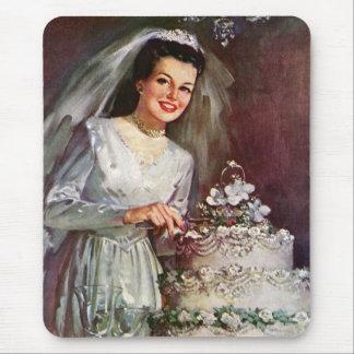 Novia del recién casado del vintage que corta su alfombrilla de raton