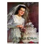 Novia del recién casado del vintage que corta su postal