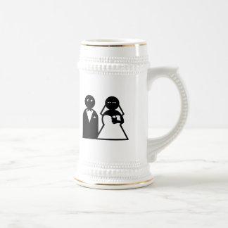 Novia del teléfono celular en el boda tazas