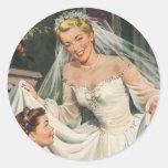 Novia del vintage con el florista en su día de bod etiquetas redondas