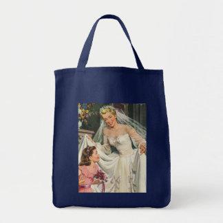 Novia del vintage con el florista en su día de bolsa tela para la compra