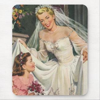 Novia del vintage con el florista en su día de mouse pads