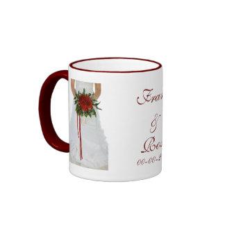 Novia hermosa con los rosas que casan diseño taza de dos colores