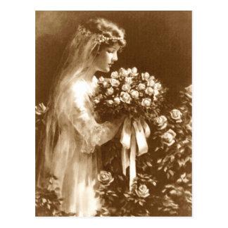 Novia hermosa con un ramo color de rosa tarjetas postales