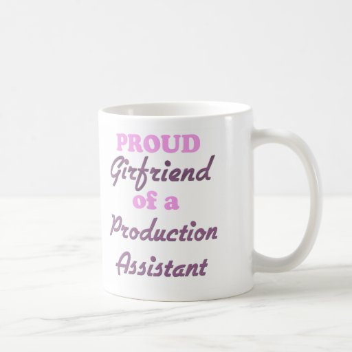 Novia orgullosa de un ayudante de la producción taza básica blanca