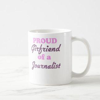 Novia orgullosa de un periodista taza básica blanca
