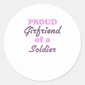 Novia orgullosa de un soldado etiqueta redonda