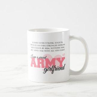 Novia orgullosa del ejército taza clásica