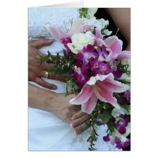 novia que detiene al novio de las flores detrás de