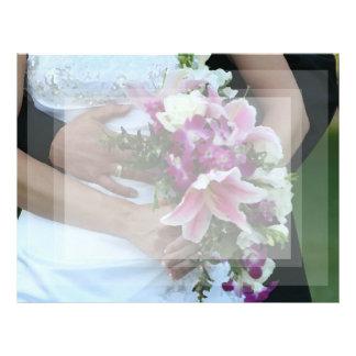 novia que detiene al novio de las flores detrás de plantillas de membrete