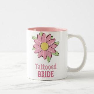 Novia tatuada flor rosada taza de dos tonos
