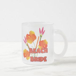 Novia tropical de la playa de las flores taza cristal mate