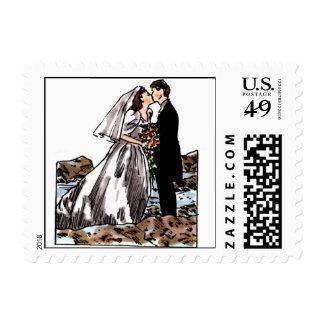 Novia y novio beso en la playa stamps