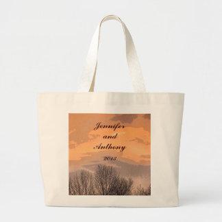 Novia y novio de la puesta del sol del otoño bolsa tela grande
