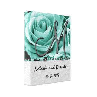 Novia y novio del monograma con los rosas de verde lona estirada galerias