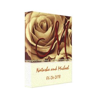 Novia y novio del monograma con los rosas del oro impresiones en lona