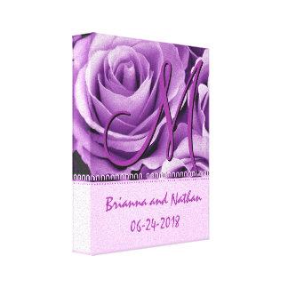 Novia y novio del monograma con los rosas púrpuras lienzo envuelto para galerias