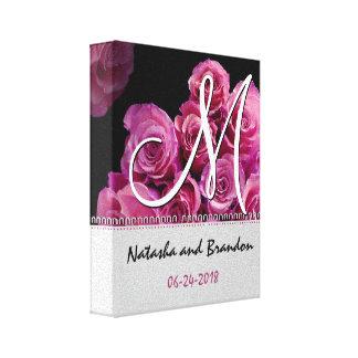 Novia y novio del monograma con los rosas rosados impresion en lona