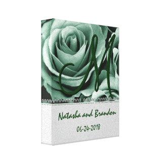 Novia y novio del monograma con los rosas verdes lona envuelta para galerias