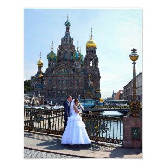 Novia y novio en St Petersburg, Rusia, iglesia Cojinete
