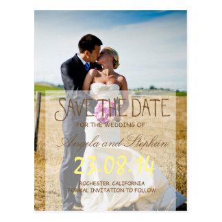 Novia y novio en un campo/una reserva la fecha postal