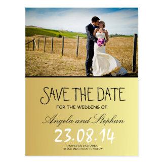 Novia y novio en un campo/una reserva la fecha postales